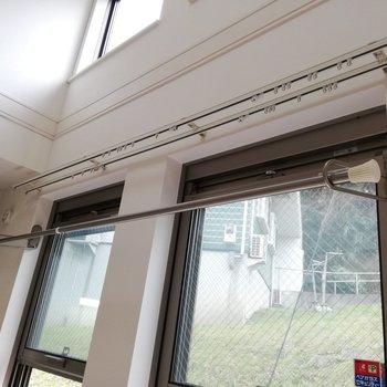 物干し竿つき◎上にも窓がありますね※写真はクリーニング前のものです。