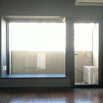 壁一面に窓があるので、光がたっぷり入る♬
