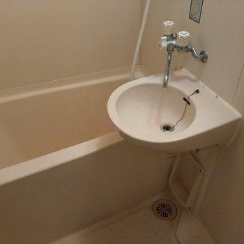 お風呂も一人で入るには充分な広さ◎