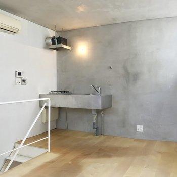 【上階】冷蔵庫とラックをおいて収納じょうずに。