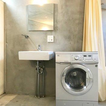 【下階】洗面台はコンパクトに。収納棚があるといいかも