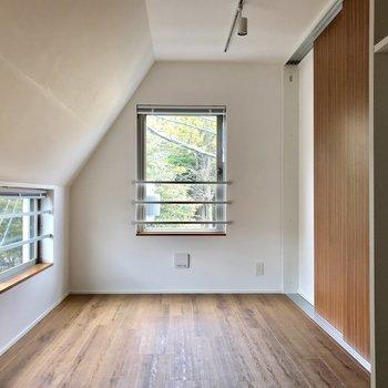 右の引き戸を閉めればゆったりと安らげるスペースに※写真は4階の同間取り別部屋のものです