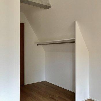 魅せる収納その弐。斜め空間も有効活用※写真は4階の同間取り別部屋のものです