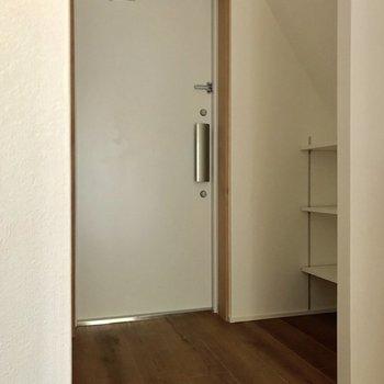 玄関へ。隅から隅までフローリング※写真は4階の同間取り別部屋のものです