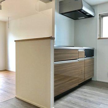 キッチンへ※写真は4階の同間取り別部屋のものです