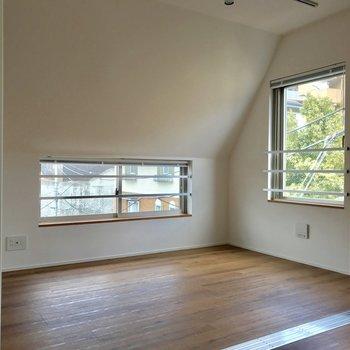 寝室。斜め天井がいい味出してる※写真は4階の同間取り別部屋のものです
