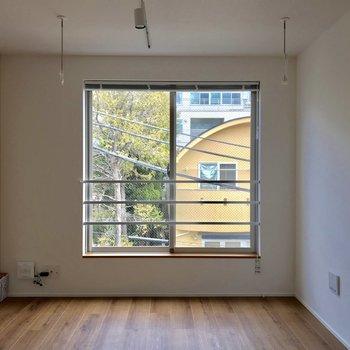 ダイニング。ライトもオシャレです※写真は4階の同間取り別部屋のものです