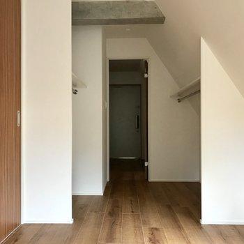 玄関を向いて※写真は4階の同間取り別部屋のものです