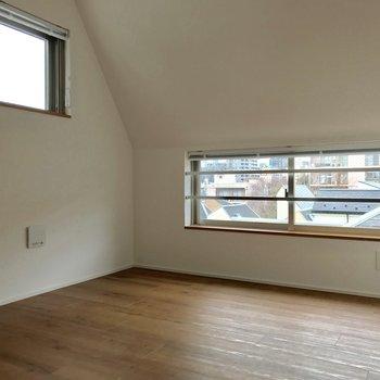 寝室。斜め天井がいい味出してる ※写真は通電前のものです。
