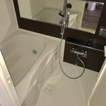 横長な鏡が印象的。シャンプー台もしっかり2段 ※写真は通電前のものです。フラッシュを使用しています。