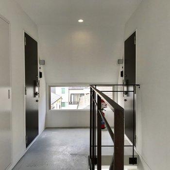 4階共用部。左のドアがお部屋です