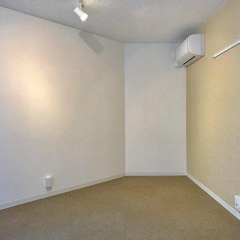 そして、斜めの壁には机を