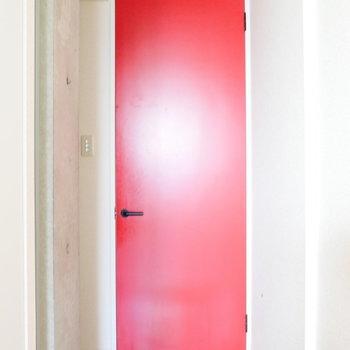 玄関からお部屋の間には一枚あって。 ※写真はクリーニング前・1階の同間取り別部屋のものです