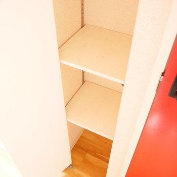 靴は脱いでこちらに入れましょうか。 ※写真はクリーニング前・1階の同間取り別部屋のものです