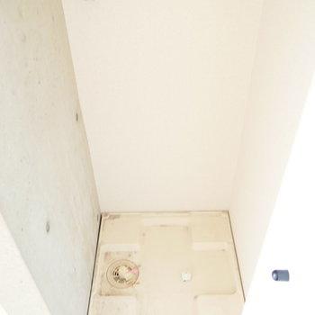 洗濯機置場はお部屋側に。普段は隠せます。 ※写真はクリーニング前・1階の同間取り別部屋のものです