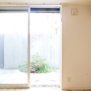 この窓シャッター閉められます。 ※写真はクリーニング前・1階の同間取り別部屋のものです