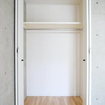 収納は少し奥行きもあって広々使えそう。 ※写真はクリーニング前・1階の同間取り別部屋のものです
