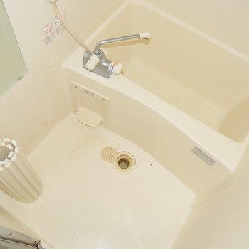 お風呂はゆったり! ※写真はクリーニング前・1階の同間取り別部屋のものです