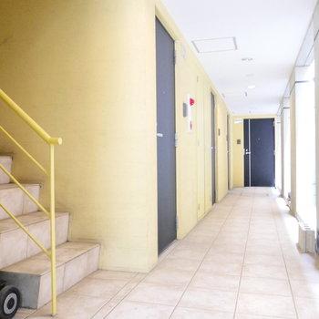レモンイエローな共用部。階段の隣にお部屋です。