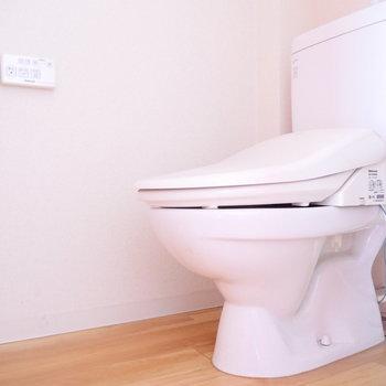 トイレはウォシュレット付! ※写真はクリーニング前・1階の同間取り別部屋のものです