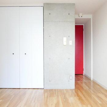 白とグレーと赤!※写真はクリーニング前・1階の同間取り別部屋のものです