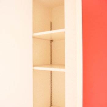 その横に収納。 ※写真はクリーニング前・1階の同間取り別部屋のものです