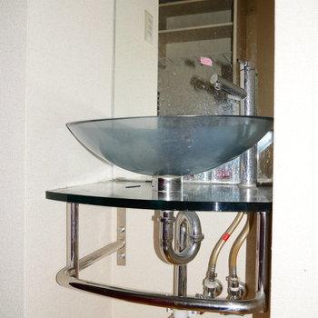 その後ろに独立洗面台です。 ※写真はクリーニング前・1階の同間取り別部屋のものです