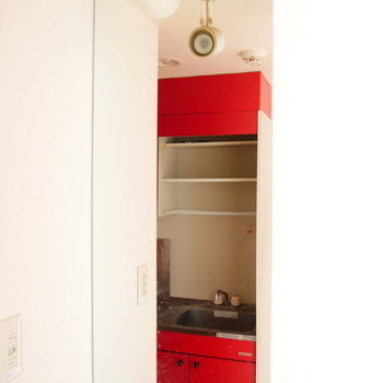 鏡は長く、天井まで! ※写真はクリーニング前・1階の同間取り別部屋のものです