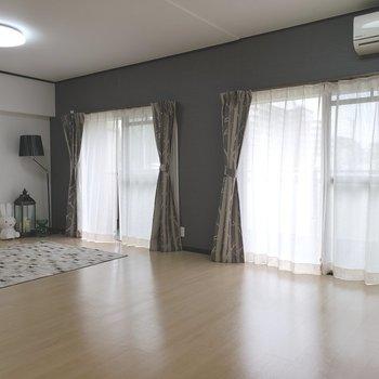 【LDK】大きな窓が2つ。※家具はサンプルのものです