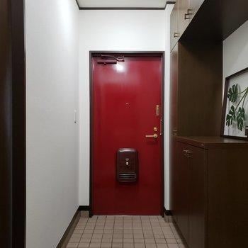 赤いドアがかわいい。※家具はサンプルのものです