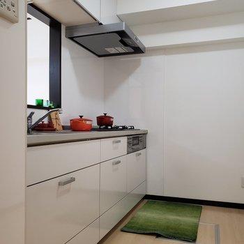 【LDK】広いキッチンで作業はしやすそう。※家具はサンプルのものです
