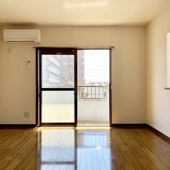 居室は8.7帖あるので、広々してます。※写真は3階の同間取り別部屋のものです