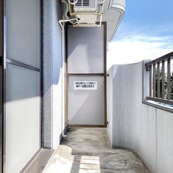 洗濯物も気持ちよく干せそうなベランダ。※写真は3階の同間取り別部屋のものです