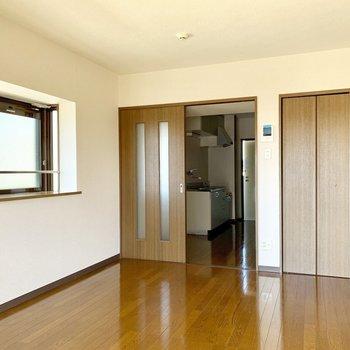 ツヤツヤのフローリングがきれい。※写真は3階の同間取り別部屋のものです