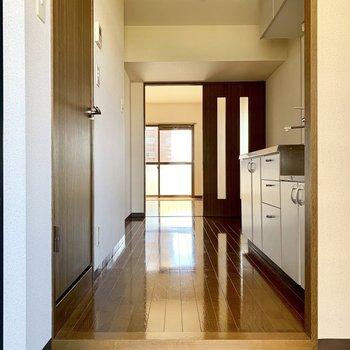玄関開けて、うん、明るくゆとりがあって感じいい!※写真は3階の同間取り別部屋のものです