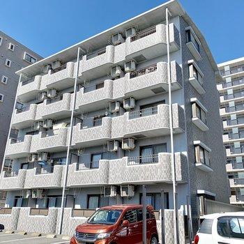スッキリとした外観の鉄筋コンクリートマンション。
