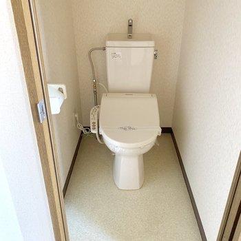 温水洗浄機付きトイレはゆったり個室がうれしい。※写真は3階の同間取り別部屋、通電前のものです