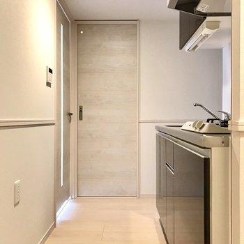 キッチンは廊下に。玄関から見えない位置にあるからお料理中でも安心だね。※写真は6階の同間取り別部屋のものです