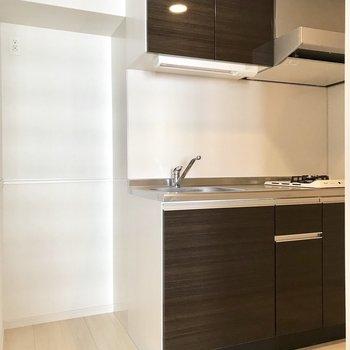 大きめのかっこいい冷蔵庫をここに置いて。※写真は6階の同間取り別部屋のものです