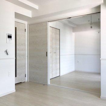 奥のコンパクトな洋室がベッドルームかな。※写真は6階の同間取り別部屋のものです