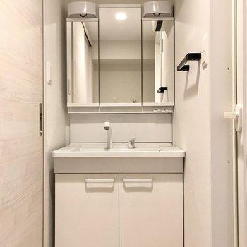 朝の準備は大きな洗面台で♩鏡の裏にはずらりと小物を入れよう。※写真は6階の同間取り別部屋のものです