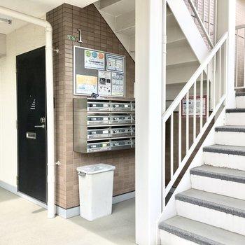 共用部】この階段で3階へ。