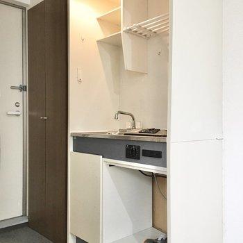 下のスペースにはミニ冷蔵庫か調理器具を。