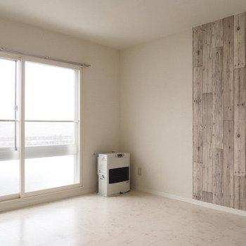 この部分だけ木目調の壁なんです※写真は同間取り別部屋です