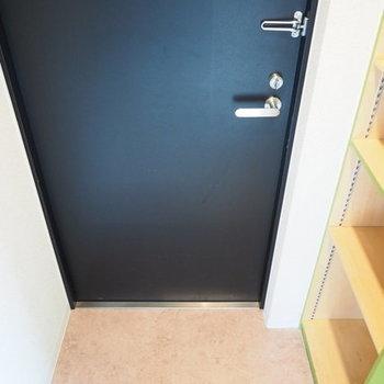 コンパクトな玄関※写真は同間取り別部屋です