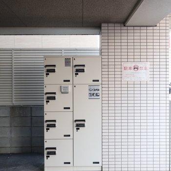 宅配BOXは駐輪場手前に設置されています