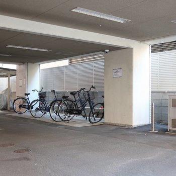 奥には駐輪場もありますよ〜