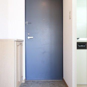 玄関ドアのブルーが癒しカラー