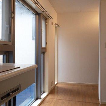 キッチン側から居室を。好みのカーテンを準備!