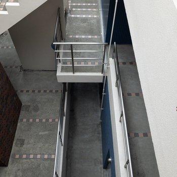 エレベーターがないので階段でお部屋に向かいます。